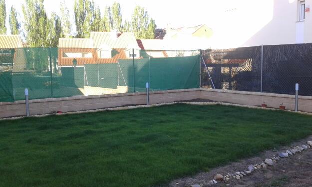 Muros de separacion entre vecinos trendy muro en for Muro de separacion jardin