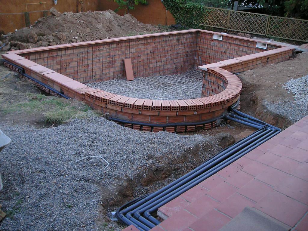 Decorar piscinas con plantas for Disenos de piletas de material