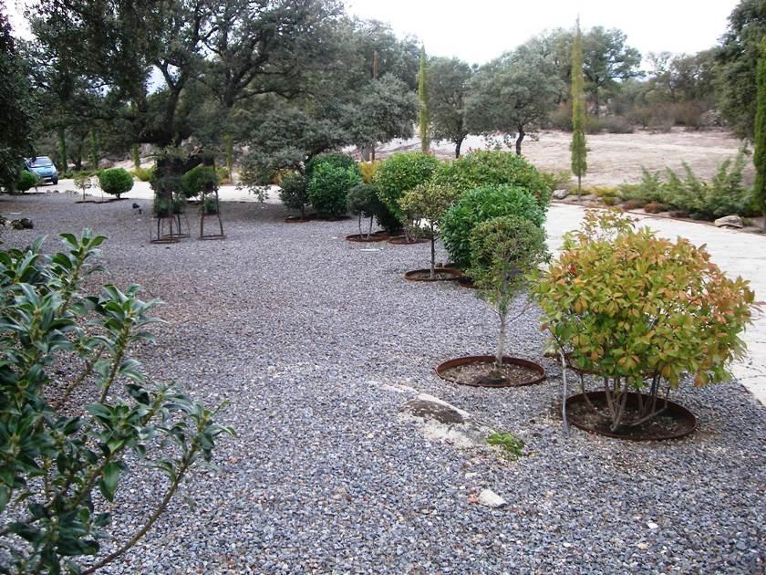 Bordes borduras y bordillos for Separador piedras jardin