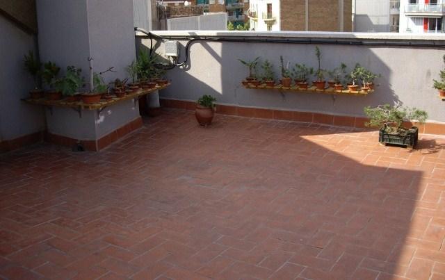 Suelos y pavimentos de terrazas balcones y patios for Como poner tarima